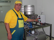 KG 02 washing disinfection and filling beer into keg barrels 01